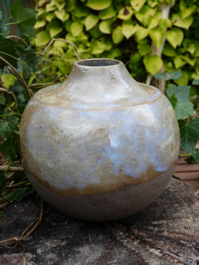 Bauchige Vase aus braunem Ton, weiß glasiert